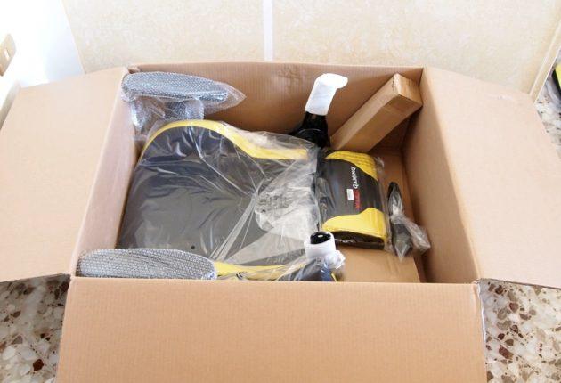 Ogni componente è protetto da buste in plastica o bubble wrap.